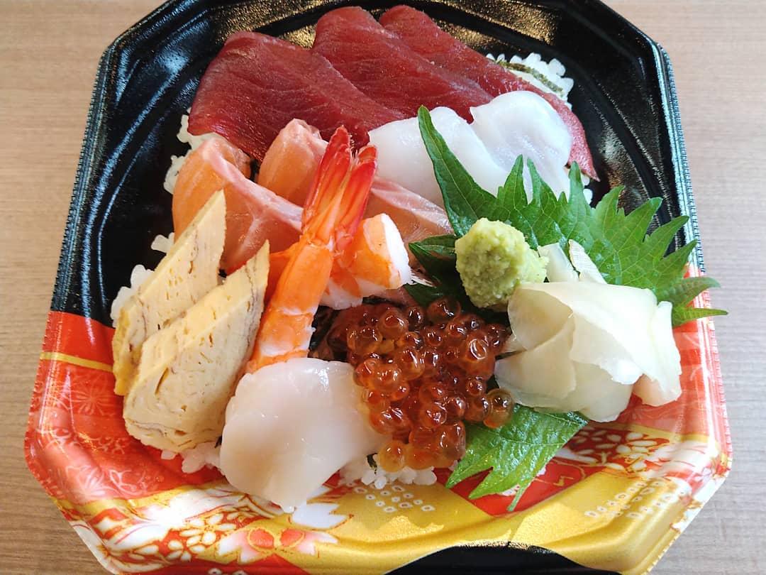 来週からのテイクアウトメニューに海鮮ちらしも加わります。  【海鮮ちらし丼1280円】 税別になります。 宜しくお願い致します。