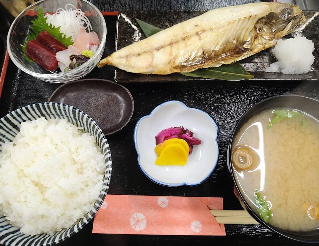 ご好評の日替わりランチのお写真です。 鯖の文化干しはお皿からはみ出てしまう位のボリュームある大きさです。