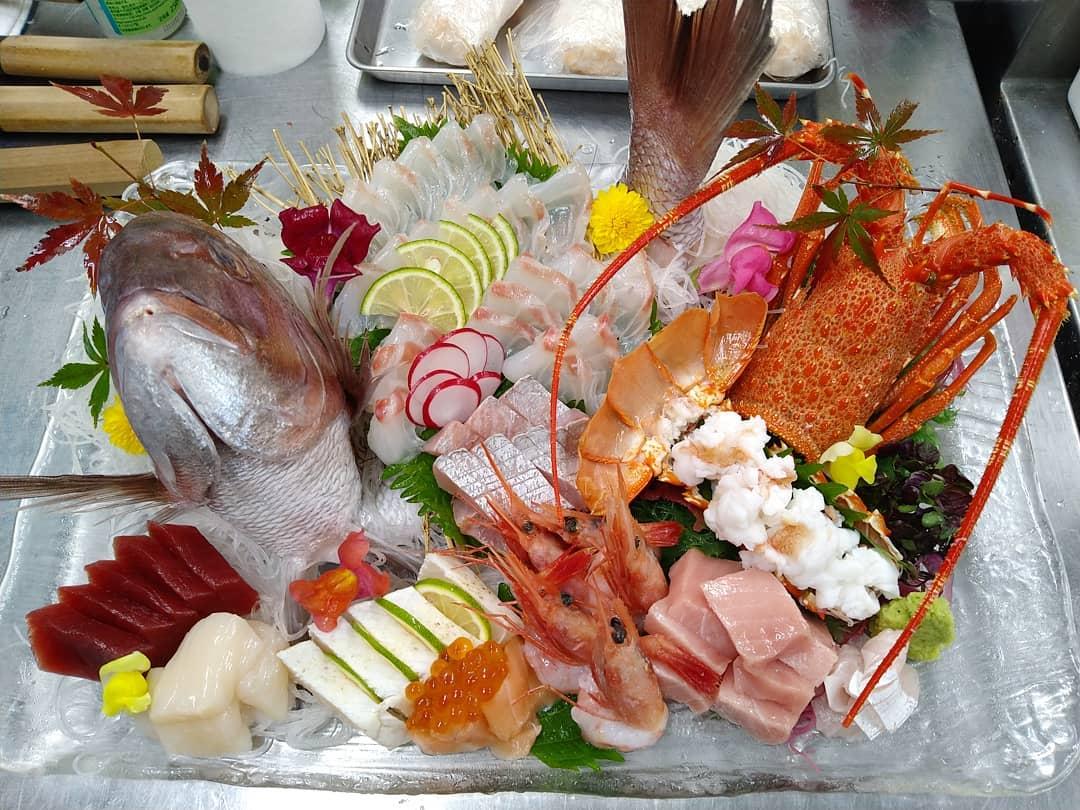 本日ご予約頂いております鯛と伊勢海老の姿盛りでございます。  ご予約の際にご希望のお魚があればご用意致します。  引き続きディナータイムもご来店を心よりお待ちしております。