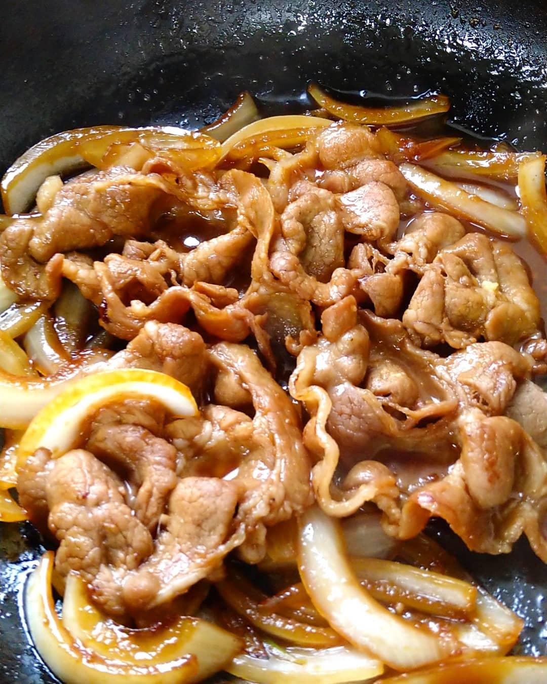明日の日替わりランチは豚肩ロースの生姜焼き定食です。 大きな豚肩ロース4枚と玉葱で豪快に炒めます。  生姜焼きに相性抜群の千切りキャベツとポテトサラダが付きます。 変わらずご飯はお替り無料です。  週始めのランチ、スタミナ満点の日替わりランチでございます! 明日もご来店を心よりお待ちしております。