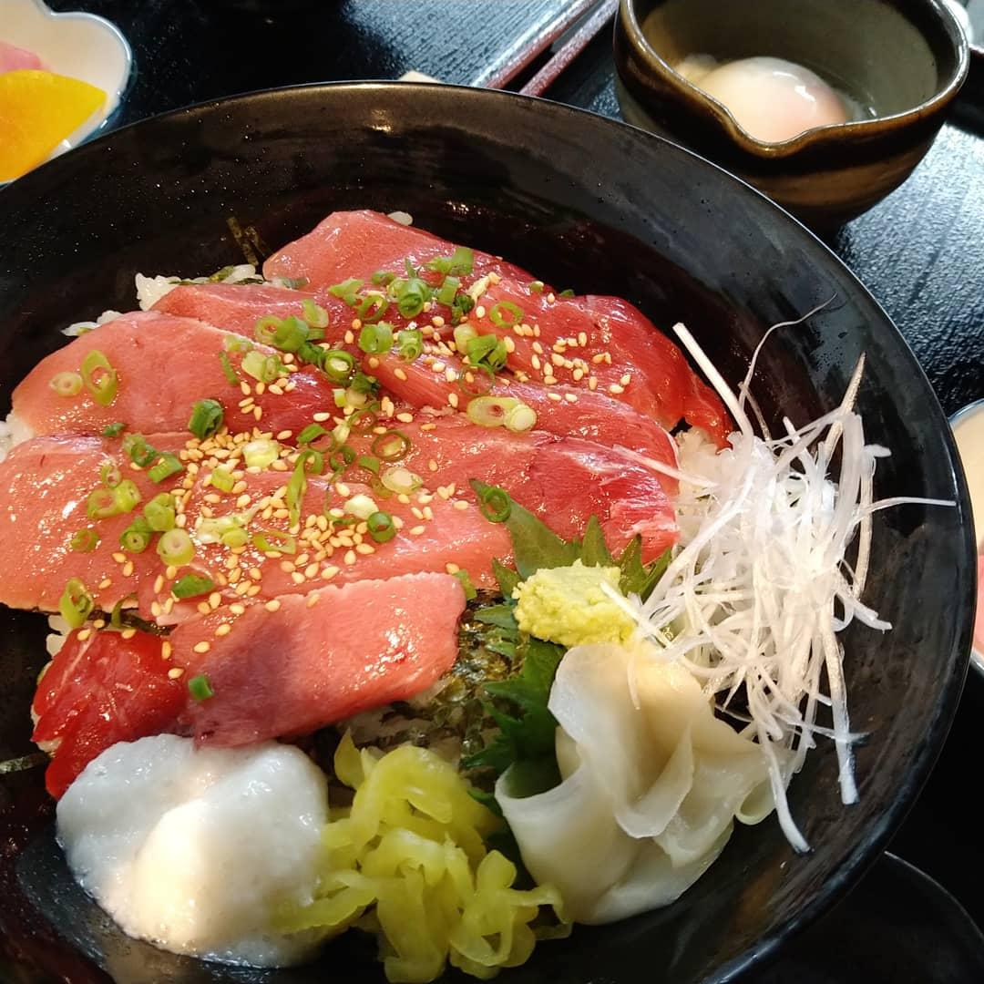 本日の鮪は長崎県の生本鮪を使用しております。 写真は中トロ炙り丼と鮪の漬け丼です。とても脂がのっており発色も良く、鮮度抜群でございます!  ご来店をお待ちしております。