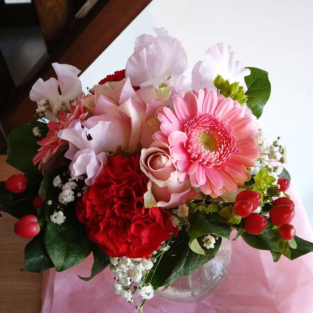 先日友人から素敵な花束を頂いたので、花瓶に入れてお店の入口に飾りましたとっても可愛いです。 店内が華やかになるお花のパワーってすごいですね  本日の日替わりランチは焼き魚サバの文化干しとお刺身のセットになります。 ご来店を心よりお待ちしております。