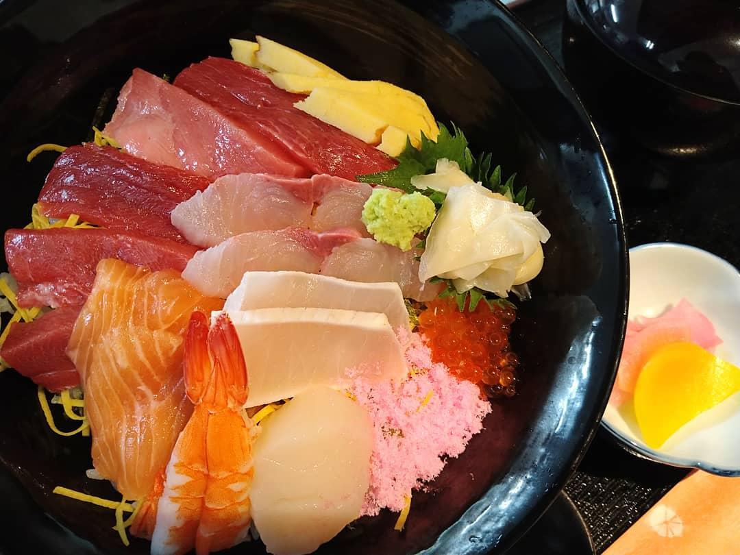 本日の海鮮ちらし丼です。 店内のメニューにはございませんが、税別1280円でお召し上がりできます。