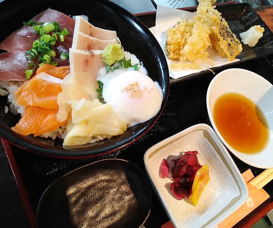 本日の日替わりランチも三色丼と天ぷらと漬物、お椀のセットになります。変わらず税別680円でご提供致します。  ご来店を心よりお待ちしております。