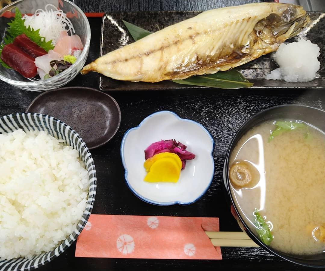 本日金曜日、天丼ワンコインデー税込500円です!!  日替わりランチはお刺身とサバの文化干しになります  ご来店お待ちしております♀