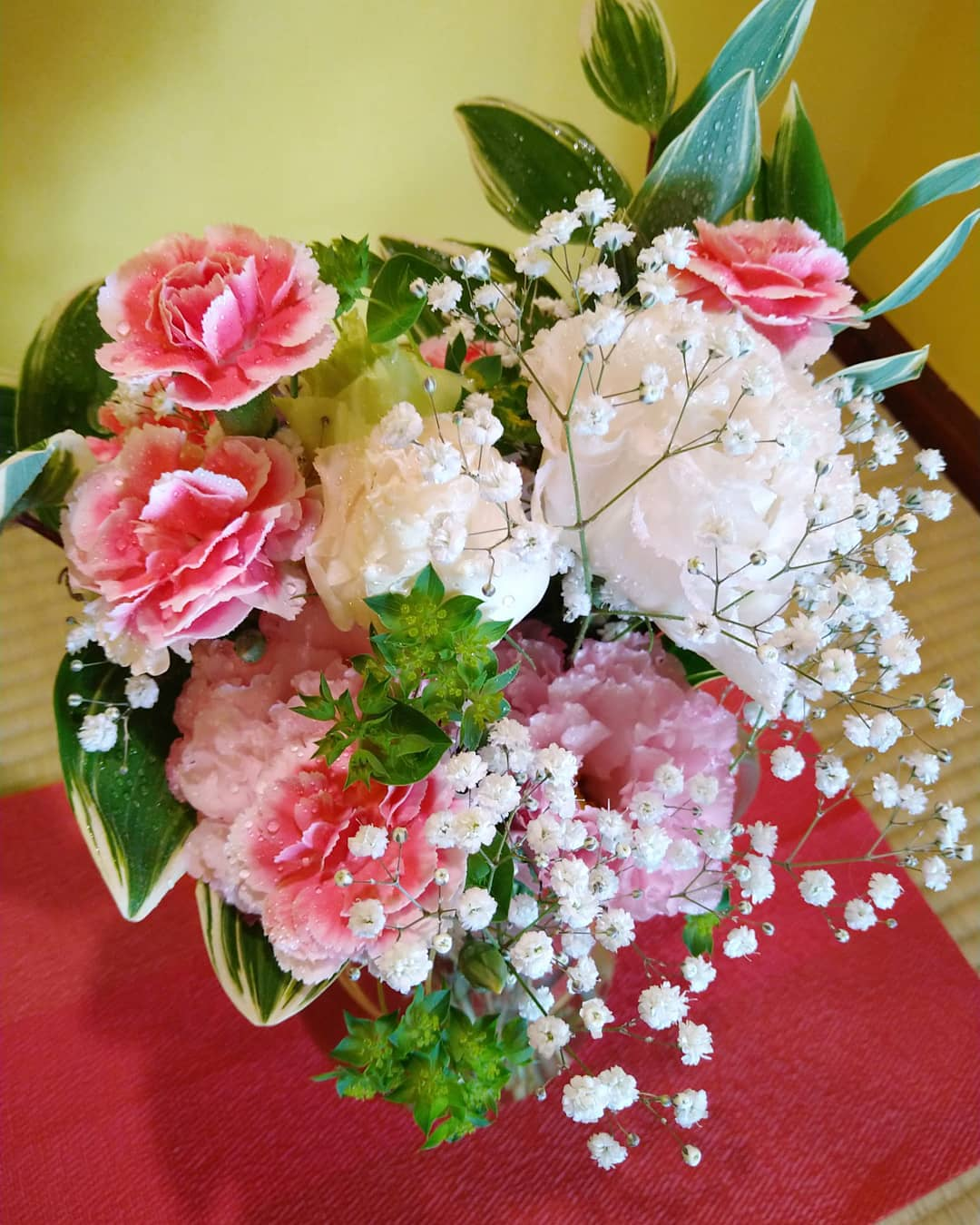 友人から素敵な花束を頂きました 大切に飾らせて頂きます とっても可愛くて店内も華やかになり、嬉しくて幸せです️ ありがとうございます♀