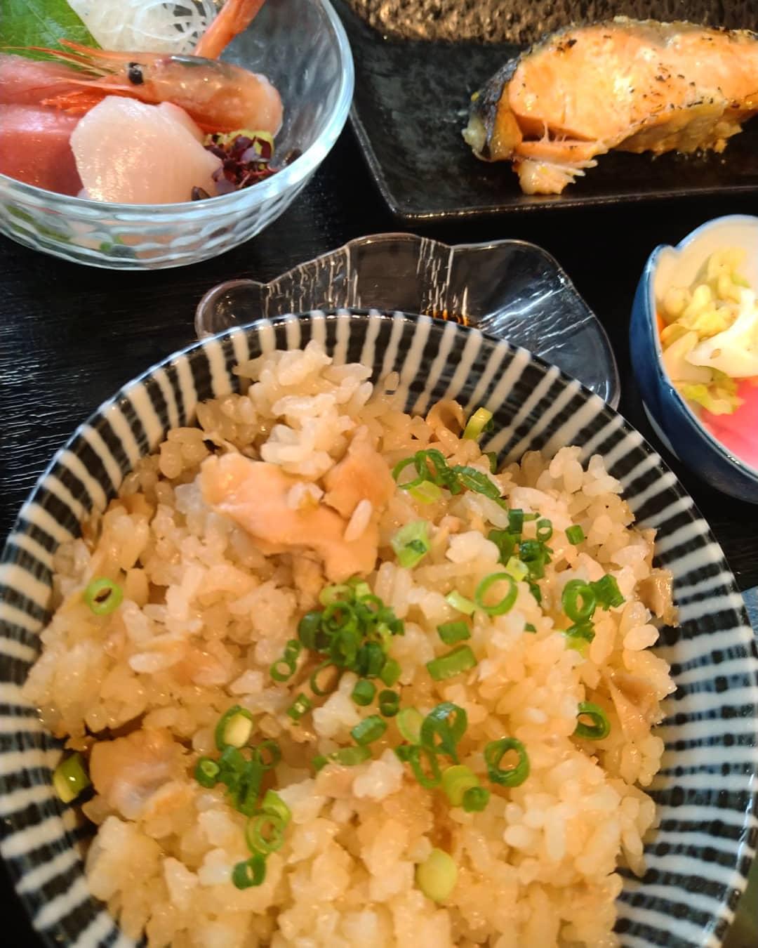 本日の日替わりランチの写真です 鮭の西京焼きは食べ応えのある大きさです 蛤の炊き込みご飯も美味しく炊けました❣️ お刺身も変わらず3種付いて、日替わりランチ税込み780円です️  ご来店お待ちしております️
