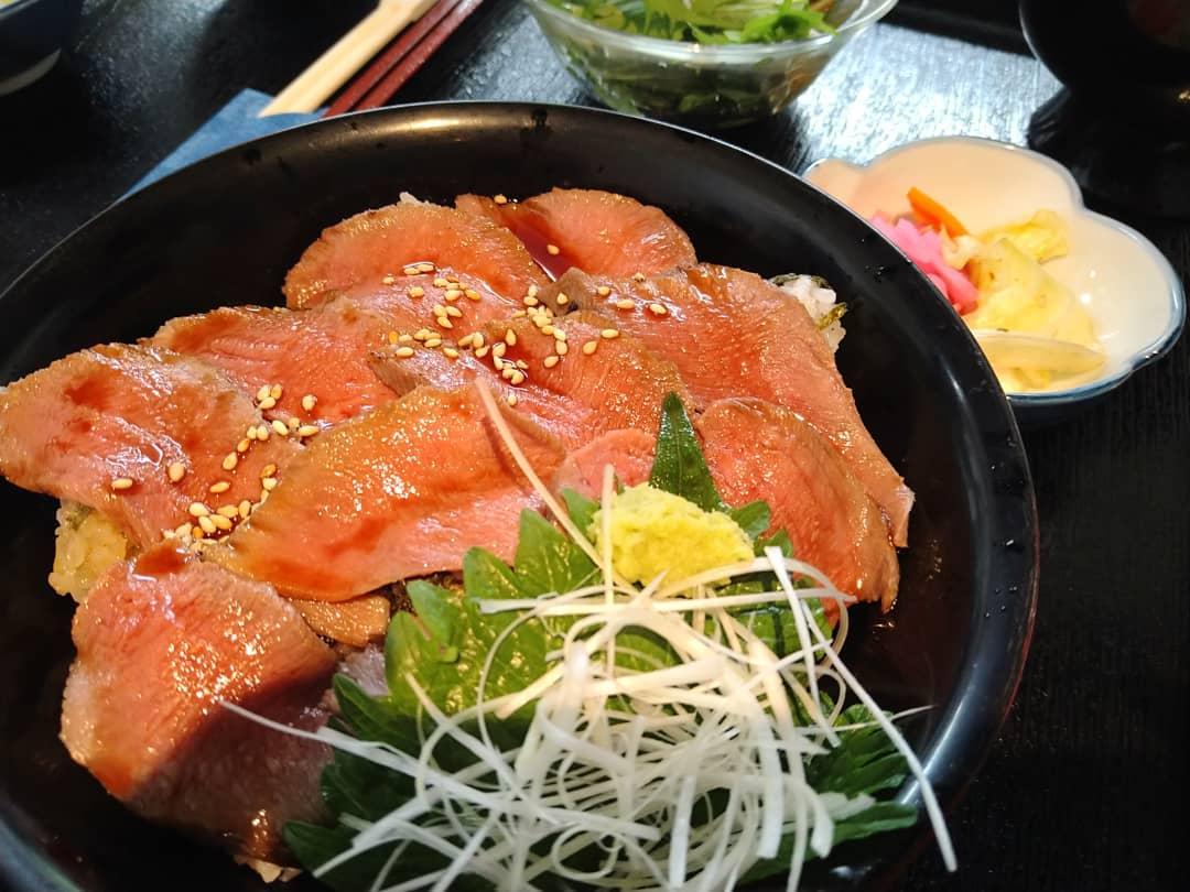 ランチタイム、牛タン炙り丼も人気です🐂 牛タンは柔らかく仕込んでいますので、食べやすい食感になっております  牛タンつまみで一品料理としても食べられます️