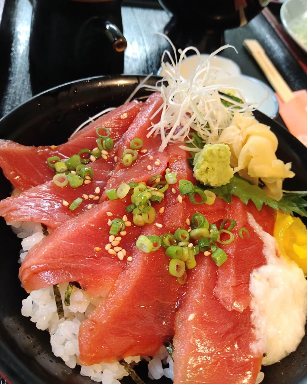 本日も美味しい鮪をご用意しております❣️ 本鮪の漬け丼は税込み980円のお手頃価格です 色んな角度からの写真です📸