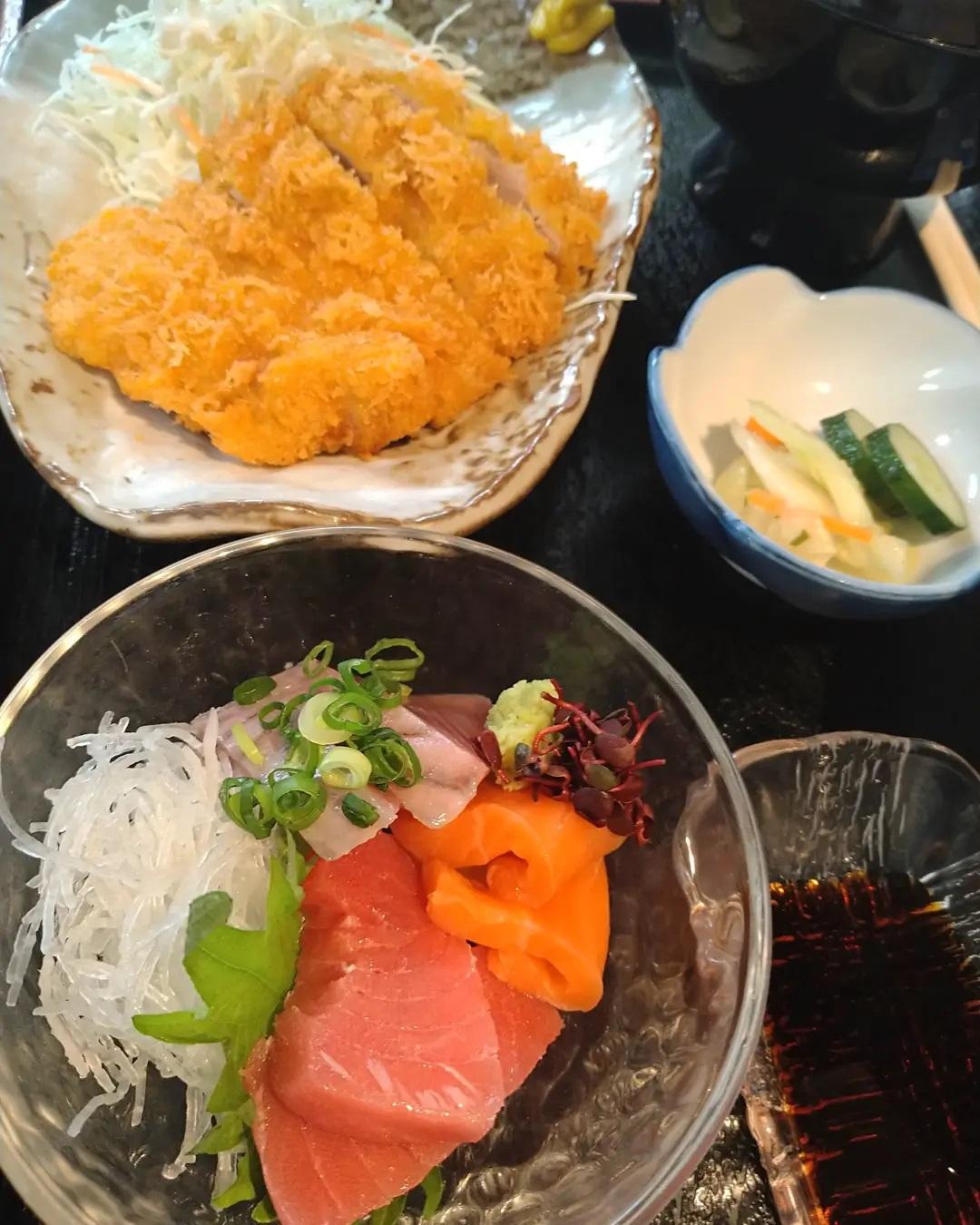 おはようございます!!  本日の日替わりランチは刺身とヒレカツ定食になります  本日もご来店を心よりお待ちしております️️