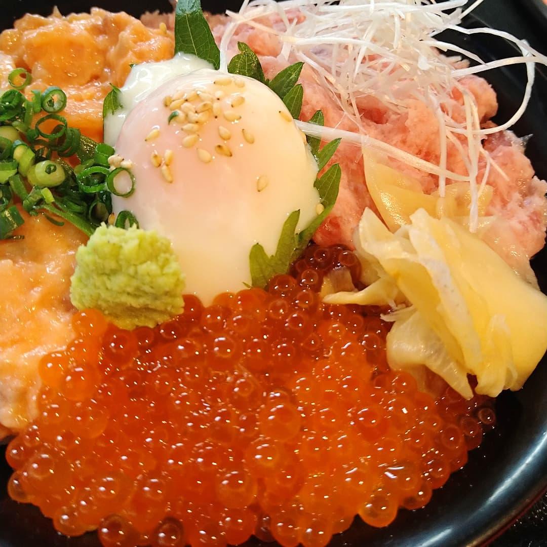 三色丼はマグロたたき、サーモンたたき、イクラの三色です❣️❣️  税込1400円になります