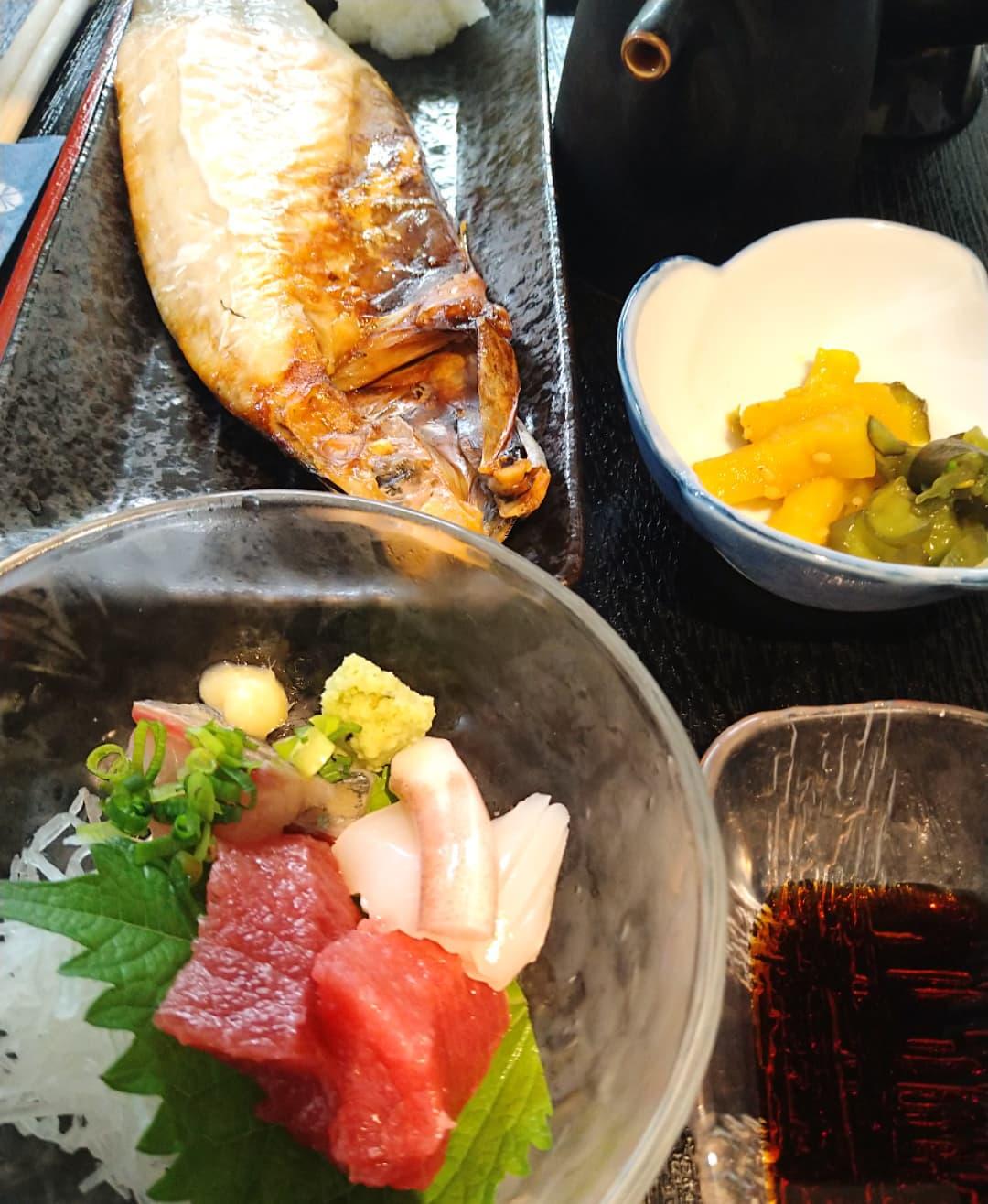 本日の日替わりランチ、刺身とサバ文化干し定食です!!  日替わりランチでサバ文化干しは久しぶりになります 大きいサイズのサバが半身まるまる、脂のってます❣️  ご来店お待ちしております