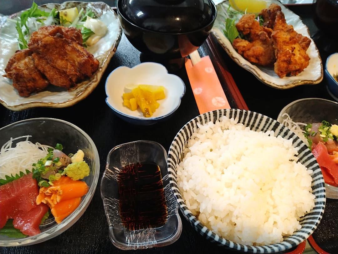 本日の日替わりランチは、刺身と鶏唐揚げ定食です!!  唐揚げは大きいのが3つ付きます❣️  日替わりランチは税込780円です。ご飯大盛りお替り無料です 日替わり限定サービス、コーヒー付きですと税込950円にかります
