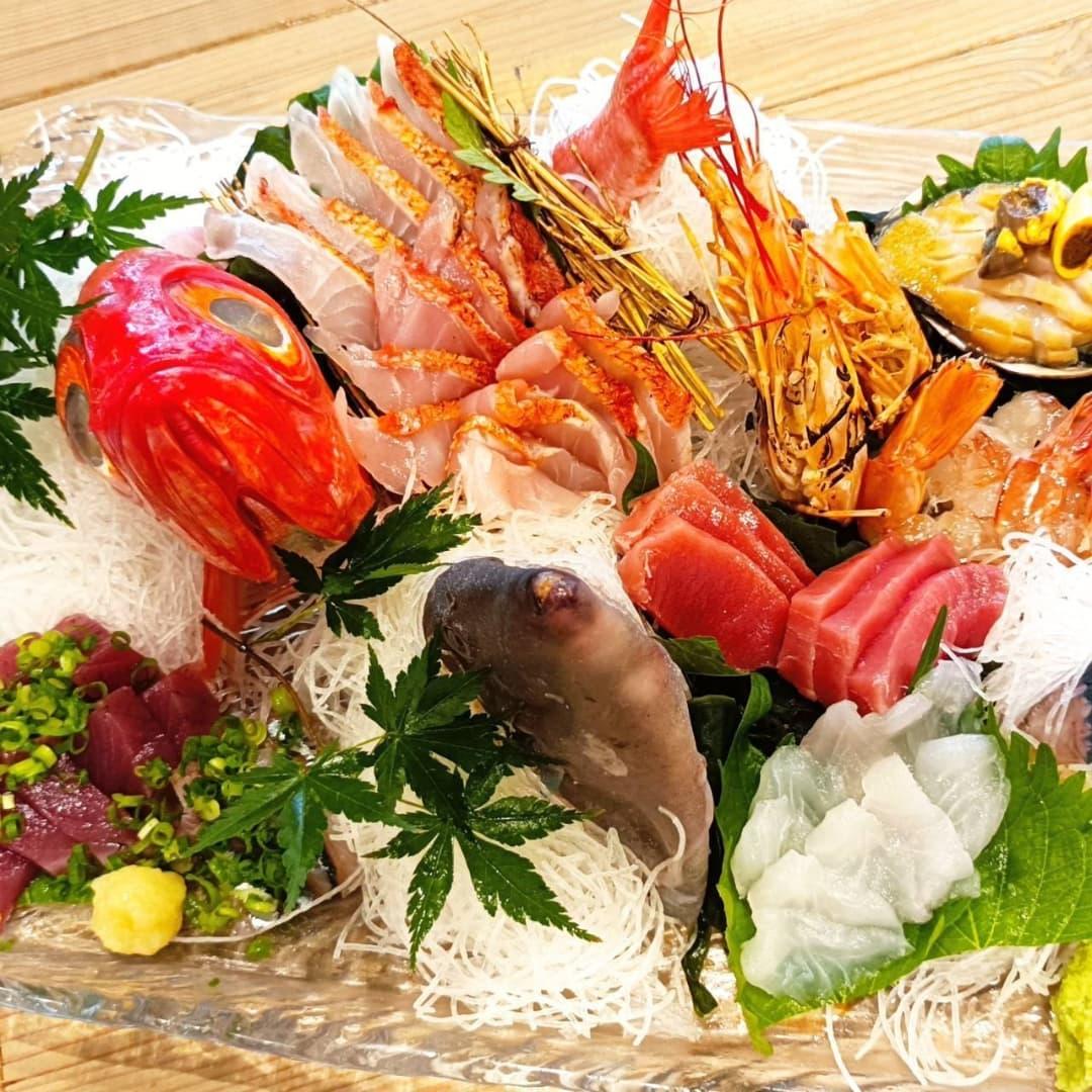 昨日に引き続き、本日もランチタイムたくさんのご来店誠にありがとうございました!!  写真は本日お誕生日のお祝いで姿盛りのご予約頂きました  姿は金目鯛とウマヅラです。 金目鯛は炙って焼霜。本鮪、鰹、秋刀魚、赤海老、鮑を盛り合わせました。  姿盛りは要予約になります。 お客様のご予算に応じてお作り致しますので、お気軽にご相談下さいませ ご予約頂ければランチタイムにもご提供可能です  明日も元気に営業致しますので、ご来店を心よりお待ちしております!!
